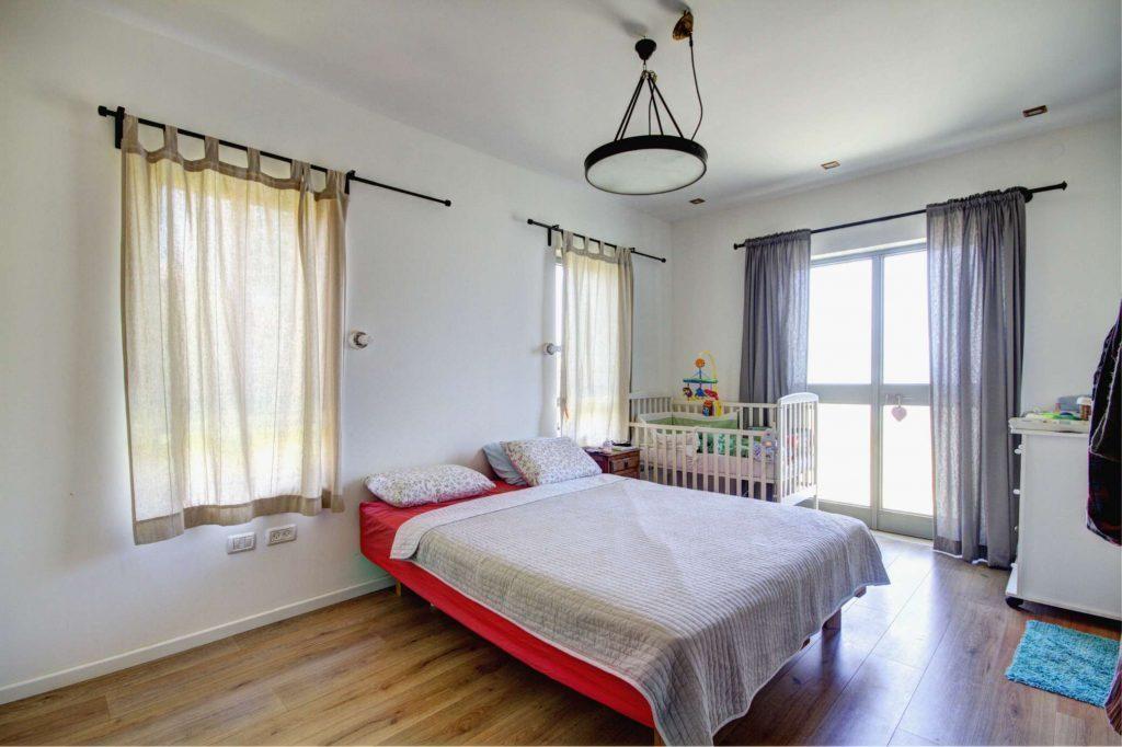 חדר שינה עם דק